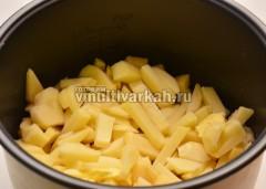 В чашу налить масло и добавить картофель