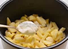 Картошку смешать со сметаной и специями