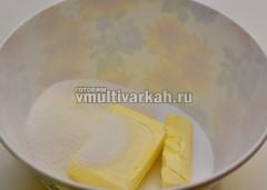 Маргарин и сахар выложить в миску