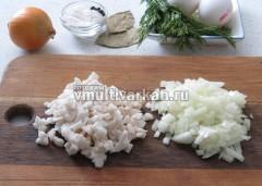 Измельчить сало и лук