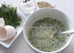 Яйца взбить и смешать с нарубленной зеленью