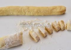 Раскатываем колбаски и режем