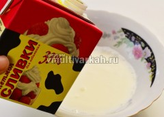 В тарелку вылить сливки