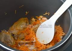 Обжарить морковь и лук вместе с мясом