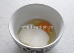 Яйца разотрите с сахаром