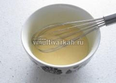 Добавьте сливочное масло и взбейте