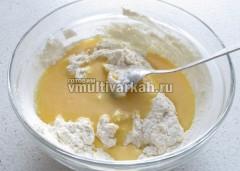 Добавить яйца с сахаром