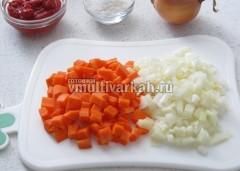 Измельчить очищенные лук и морковь
