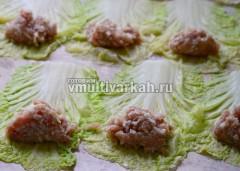 Разложите листья на столе и выложите на них начинку