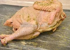 Целую курицу обкатать в специях