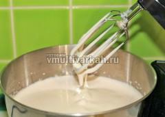 Яйца и сахар должны увеличиться в объеме и превратиться в плотную массу