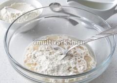 Добавить соль, растительное масло и просеянную муку