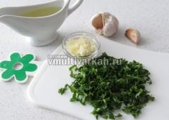 Готовим чесночный соус из зелени, соли, чеснока и масла