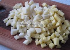 Очистите и порежьте картофель