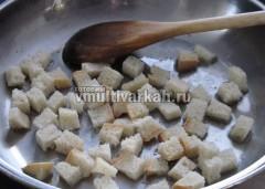Уберите чеснок и выложите порезанный хлеб