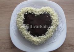 Края и бока украшаем белым шоколадом