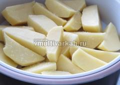 Картошку посолить и выложить в емкость для пара, готовить вместе с мясом на режиме тушение