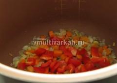Добавьте сладкий перец и пассируйте минуту