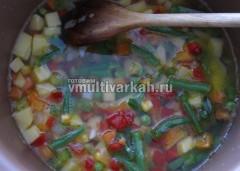 Заложите в чашу картофель с овощами и залейте водой