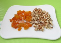 Измельчите орехи и сухофрукты