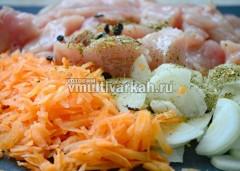 Смешайте мясо с овощами, солью, специями и растительным маслом