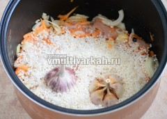 Оставьте в чаше на 20 минут, затем добавьте рис и чеснок