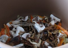 Потушите грибы с овощами
