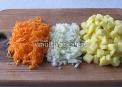 Измельчите лук, морковь и картофель