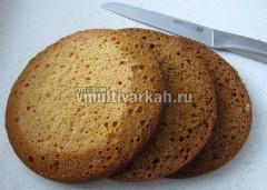 Бисквит разрезать на 3 коржа