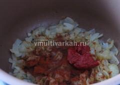 К обжаренному луку добавить томатную пасту и паприку