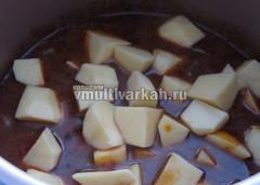 Добавить картофель и тушить еще полчаса