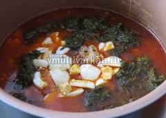 В конце добавьте щавель, вареные яйца и мясо