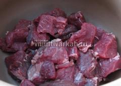 Включите режим Жарить и выложите мясо