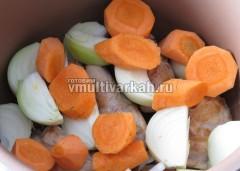 Добавьте лук, морковь, немного воды и тушите 1 час