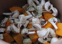 Сверху выложите нарезанные грибы и тыкву, соль и специи