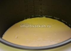 Чашу смазать маслом и вылить тесто