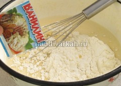 Аккуратно подмешиваем муку, добавляем соль и ванилин