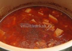 Готовый фасолевый суп поперчите