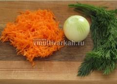 Морковь натрите, лук оставьте целым