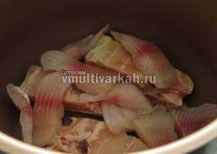 На дно чащи выложите кусочки рыбы