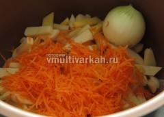 Далее картофель, морковь и луковицу