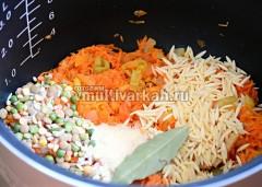 Добавить смесь макарон, круп и бобовых, соль, специи