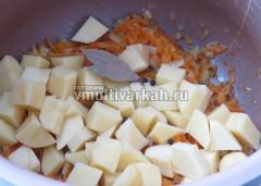 Обжарить и выложить сверху картофель, соль и специи