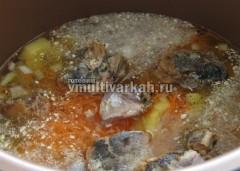 Залейте водой, добавьте корень петрушки и соль