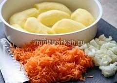 Измельчить лук и морковь, картофель разрезать пополам и выложить в пароварку