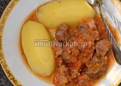 Подавать гуляш с картошкой горячим