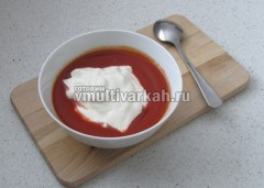Приготовьте соус из томатной пасты, сметаны и воды