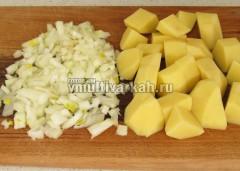 Нарежьте картофель крупно и лук мелко