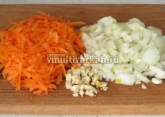 Измельчите лук, морковь и чеснок