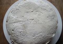 Перемажьте торт кремом